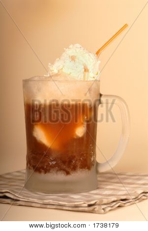 Root Beer Float en vidrio esmerilado y paja