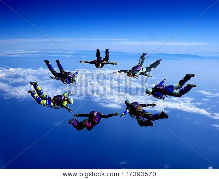 Deportistas-parashutist en el cielo
