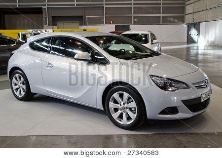 VALENCIA, Espanha - 5 de dezembro: Um 2012 Opel Astra GTC em exposição no Show de carro de Valência 2011 em Dezembr