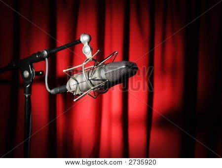Microfone vintage sobre cortina vermelha