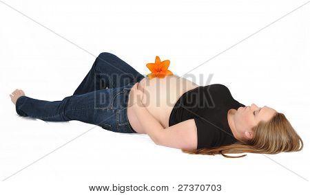 schöne schwangere Frau Handauflegen mit Bauch Ergebnis zurück. isoliert auf weiss
