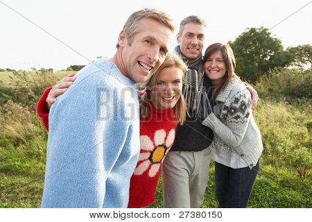 Grupo de amigos en paseo en otoño campo juntos