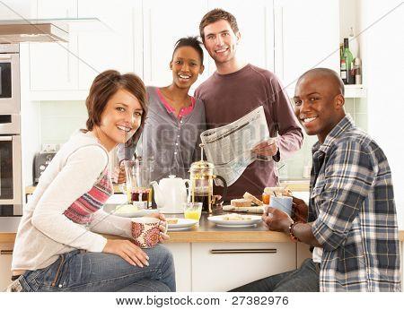 Grupo de jóvenes amigos, preparar el desayuno en la cocina