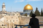 pic of mosk  - Religious jew looking at The wailing wall and the mousque of Al - JPG