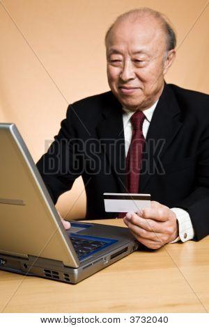 Empresário asiático sênior, compras on-line