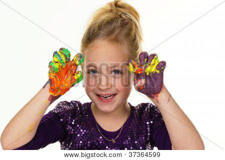 ein kleines Kind mit Finger malt Farben. lustig und kreativ.