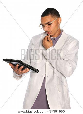 Empresario afroamericano usando tableta electrónica aislada sobre fondo blanco