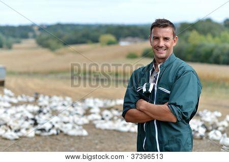 Criador de pato do lado de fora da fazenda