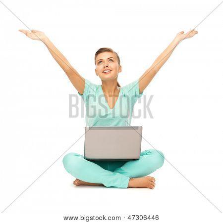 Bild von glücklichen Mädchen sitzen auf dem Boden mit laptop