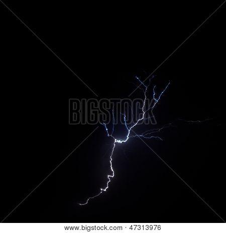 Blitz in schwarzer Nacht