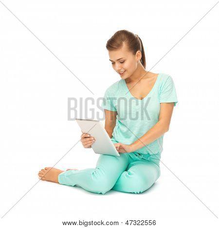 Bild von jungen Mädchen sitzen auf dem Boden mit TabletPC