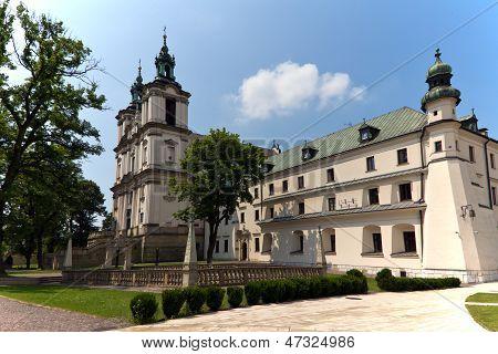 Ver na igreja um adro em skalka em Cracóvia, na Polônia