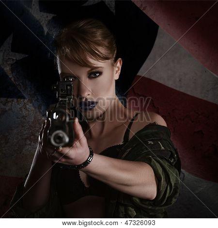 Mulher jovem e bonita com um Rifle