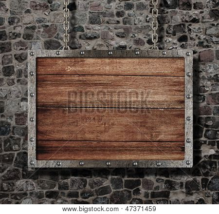 sinal de idade medieval com corrente na parede de pedra