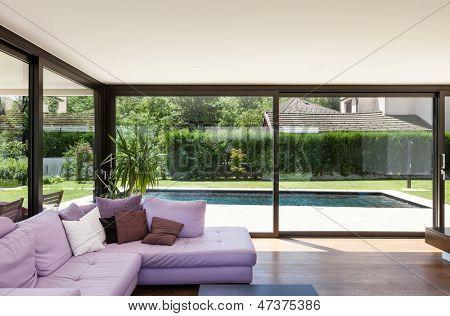 Moradia moderna, interior, ampla sala de estar com divã