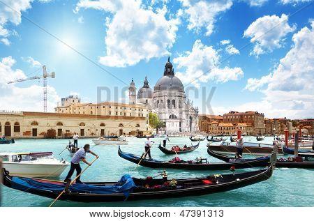 Góndolas en Canal y Basílica de Santa Maria della Salute, Venecia, Italia
