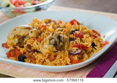 Oven chicken with rice, vegetables and black olives