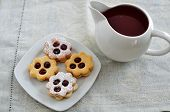 image of augen  - Traditional Linzer Cookies with sugar and jam - JPG