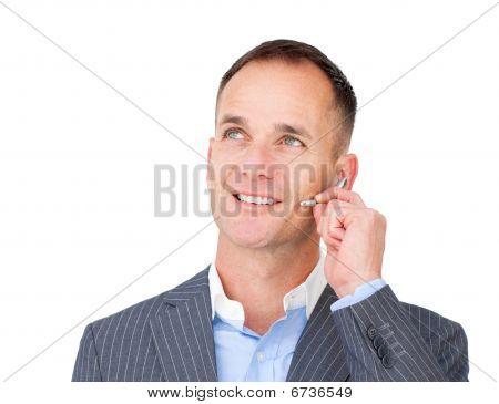 Reife Kundendienstmitarbeiter am Headset sprechen