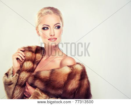 Winter Woman in Luxury Fur Coat. Beauty Fashion Model Girl