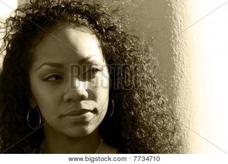 Retrato sepia de joven negra