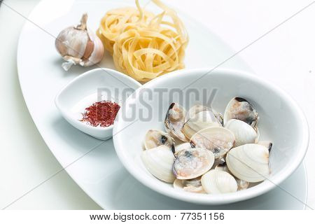 Garlic Cloves With Uncooked Pasta, Saffron And Scallops
