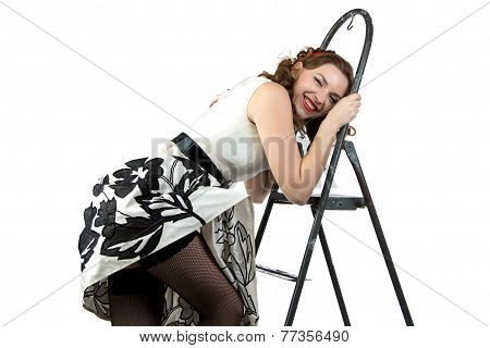 Photo smiling pin up woman down the stairs