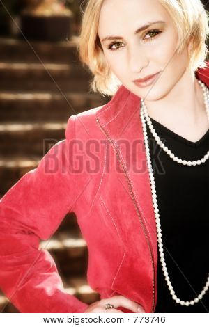 junge blond Frau in red jacket