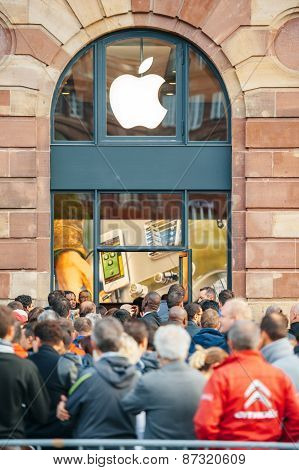 Apple Store - People Waiting For Product Launch