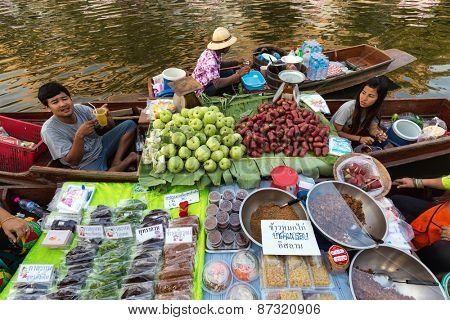 BANGKOK, THAILAND, February 17, 2015: Food Sellers at the new Khlong Phadung Krung Kasem floating market who just opened the 12th February 2015 in the Thewet district in Bangkok, Thailand