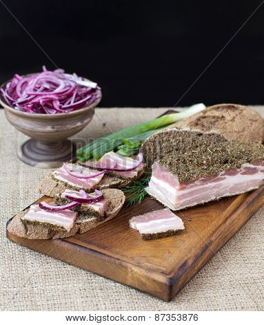 Smoked bacon with onion and rye bread