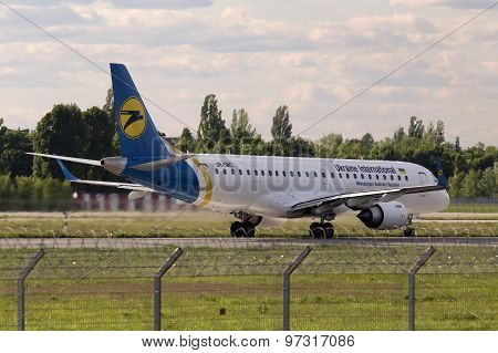 Landing Ukraine International Airlines Embraer ERJ190-100 aircraft