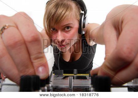 Adolescente Dj ajuste los niveles de sonido