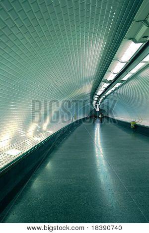 Vertikal orientierte Foto des unterirdischen Tunnel der u-Bahn in Paris, Frankreich.