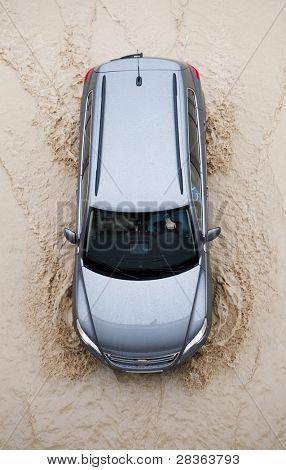 Coche pasa por la carretera de inundación