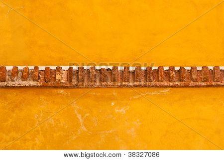 Muro de Adobe amarillo con ladrillo guarnecido