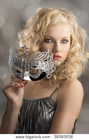 blondes Mädchen mit Silber Maske stellte sich drei Viertel
