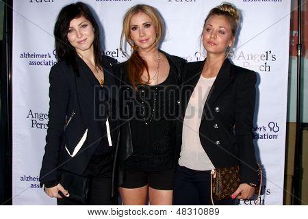 LOS ANGELES - JUL 17:  Bree Cuoco, Ashley Jones, Kaley Cuoco arrives at the