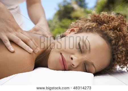 Closeup der entspannte junge Frau empfangende Schulter massage aus Masseurin im spa