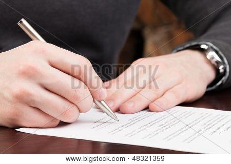 Geschäftsleute bereit zu unterschreiben Vertrag