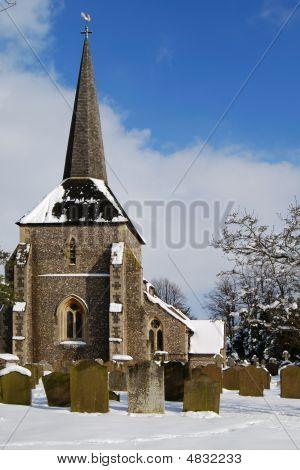 All Saints Church en nieve en Banstead, Surrey, Inglaterra