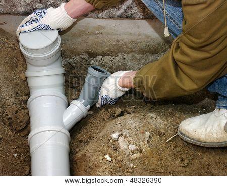 Encanador, montagem de tubos de pvc de esgoto