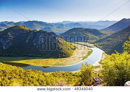 Gewundenen Fluss, der durch Berge. Rijeka Crnojevica. In der Nähe Skutarisee, Montenegro, Eu