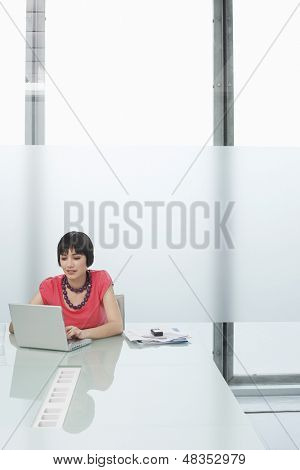Schöne junge Frau mit Laptop in modernen Kabine