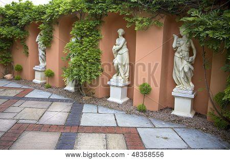 Quatro estátuas de Alabastrina de mulheres