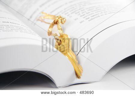 Livro aberto e a chave de ouro