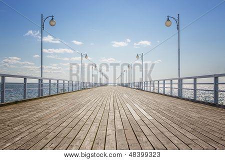 Muelle de madera vacía
