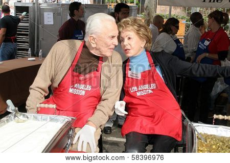 LOS ANGELES - NOVEMBER 22: Kirk Douglas and Anne Douglas at The Los Angeles Mission Thanksgiving Meal for the Homeless  November 22, 2006 in Los Angeles Mission, Los Angeles, CA.