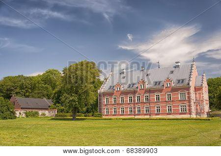 Palsjo Slott And Outbuilding