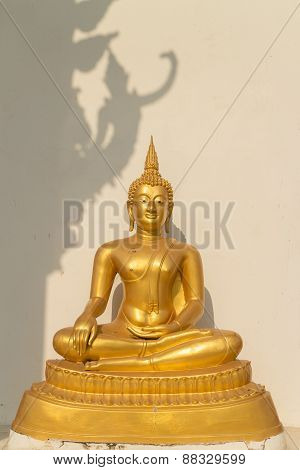 the sitting gold buddha statue under sunlight